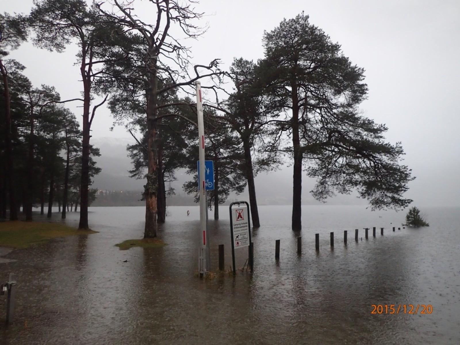 Vangsvatnet på Voss gjekk langt over sine breidder søndag.