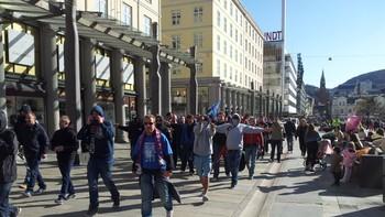 VIF-supporterar på veg gjennom Bergen sentrum