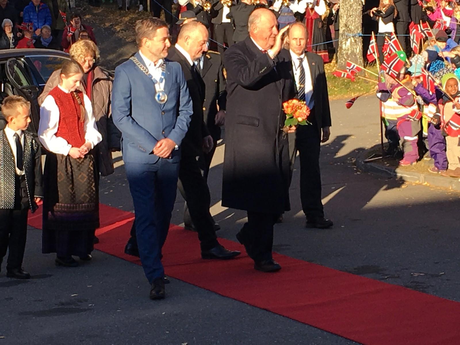 Her har kongen ankommet Selbu, og ble tatt i mot av ordfører Ola Morten Balstad.