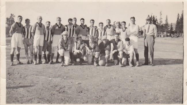 Idrettslaget AIL Glomgutten fra Meløy og Mo AIL på Moheia i Mo i Rana i 1936 i anledning en returkamp i fotball, etter at lagene året før hadde møttes i Glomfjord.