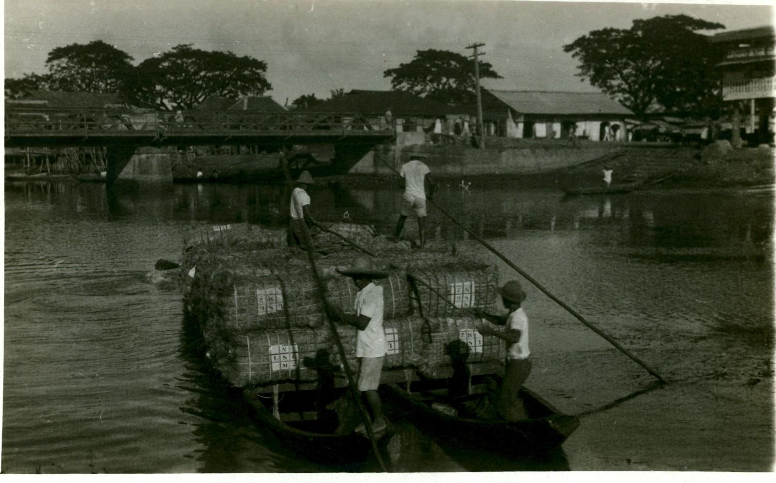 Råvarer på båt. Antagelig Manilla Filippinene. År og fotograf ukjent.