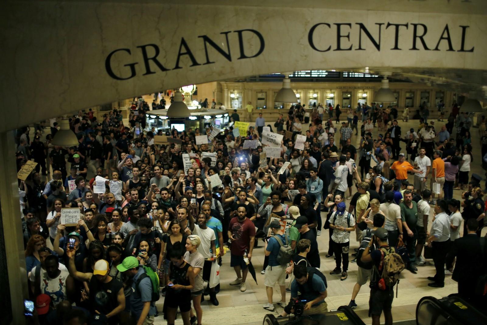 NEW YORK: I New York samlet flere tusen personer seg på Grand Central Station for å protestere mot politivold.
