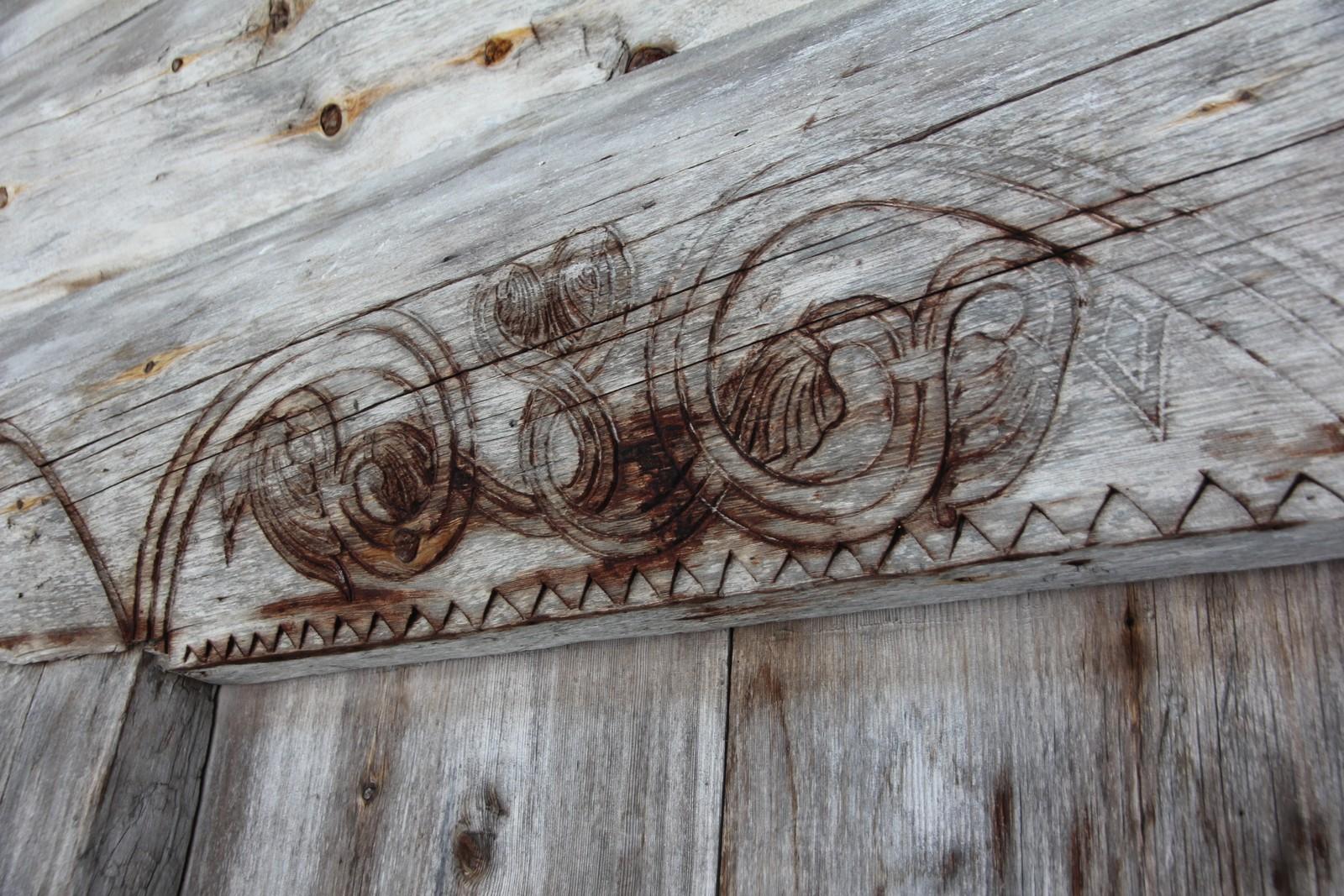 Utskjæringen er et rent dekorelement. Stilmessing så er det en nordirsk bue