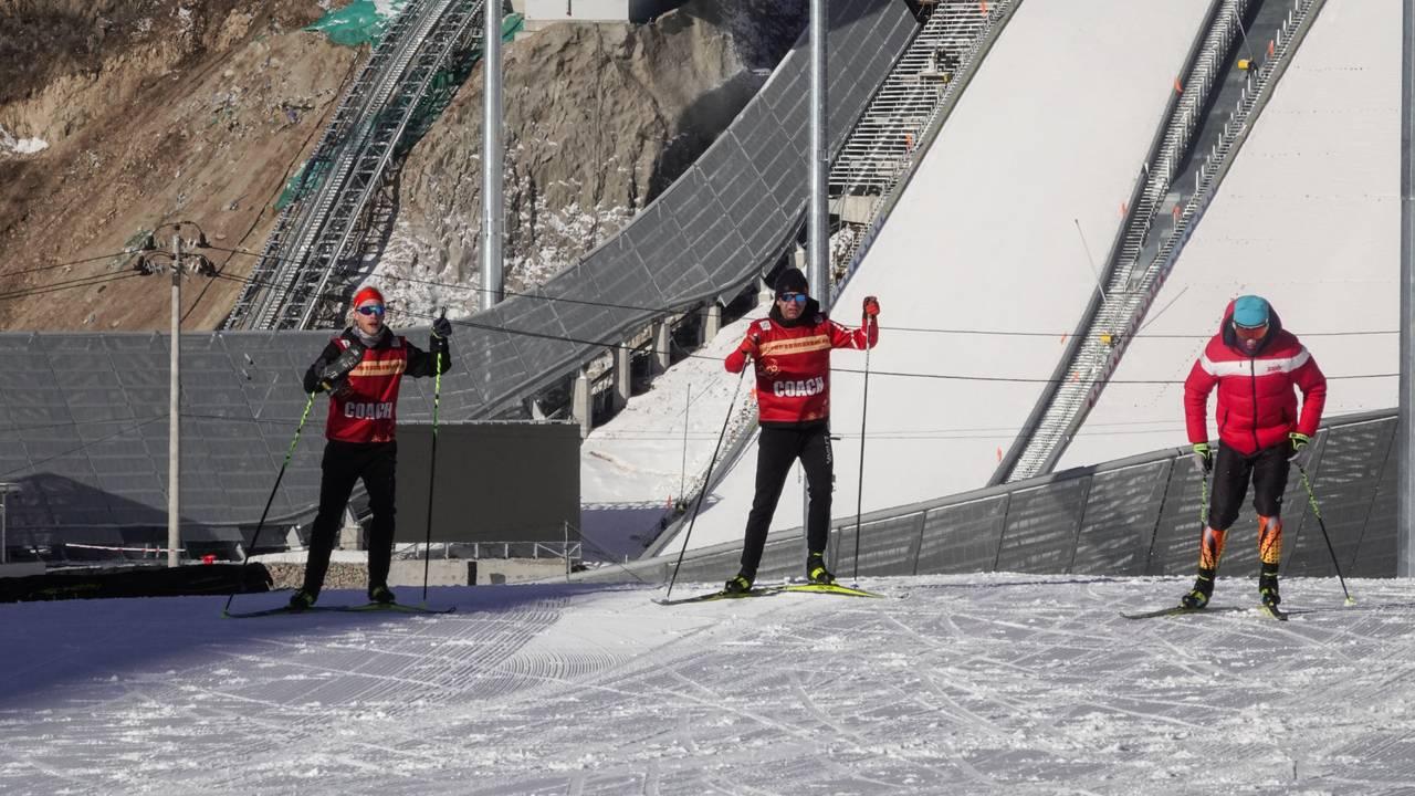 Ole Einar Bjørndalen tester utøvernes ski før konkurransen