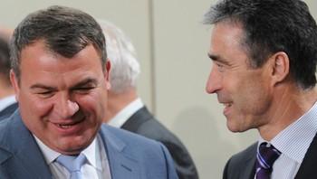 Russlands forsvarsminister Antoly Serdyukov sammen med NATOs Anders Fogh Rasmussen