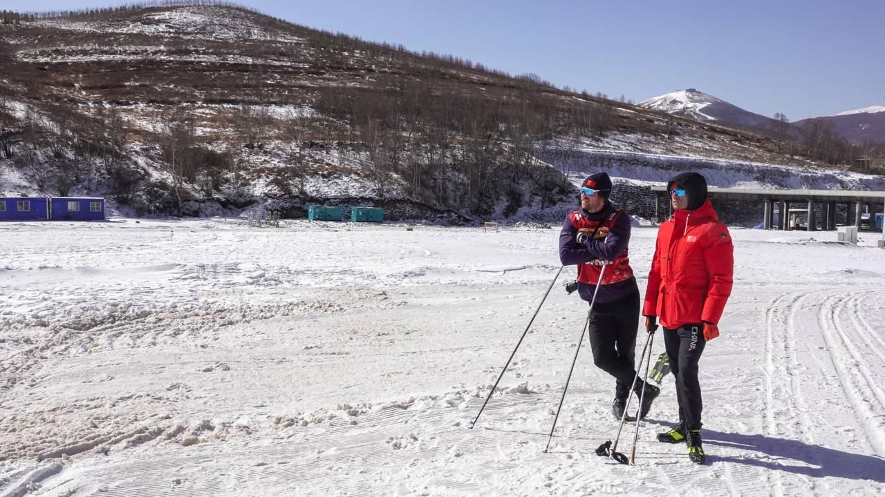 Ole Einar Bjørndalen og Magnus Frodahl observerer de kinesiske utøverne i skiskyting, kombinert og langrenn når de konkurrerer mot hverandre