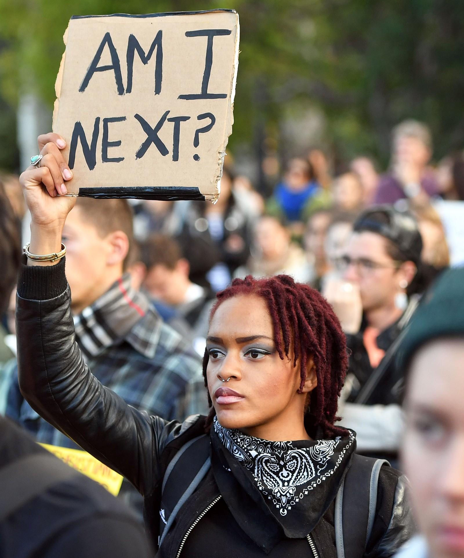 SAN FRANSISCO: «Er jeg den neste» står det på plakaten til en kvinnelig demonstrant i San Fransisco.