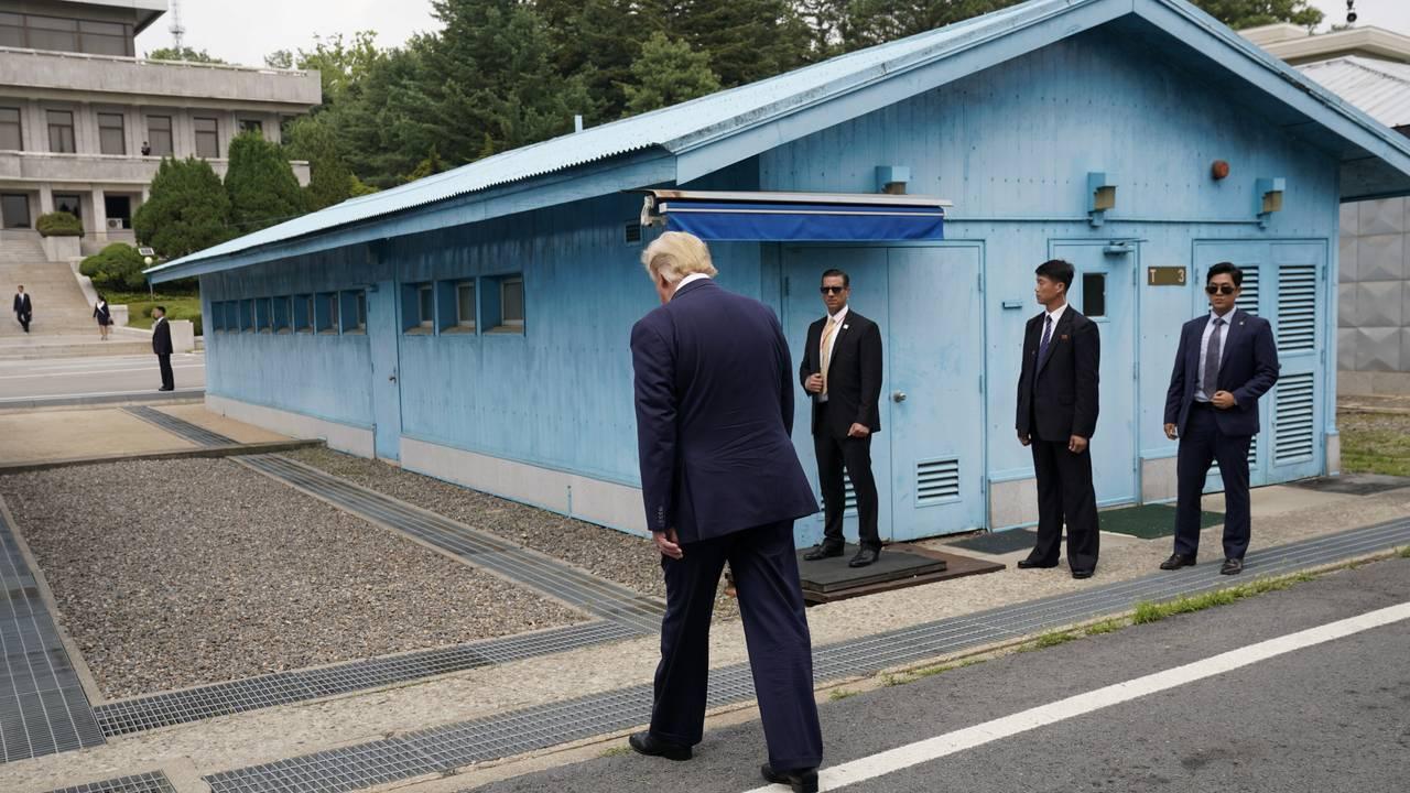USAs president Donald Trump på vei mot grenselinjen mellom Nord- og Sør-Korea i Panmunjom