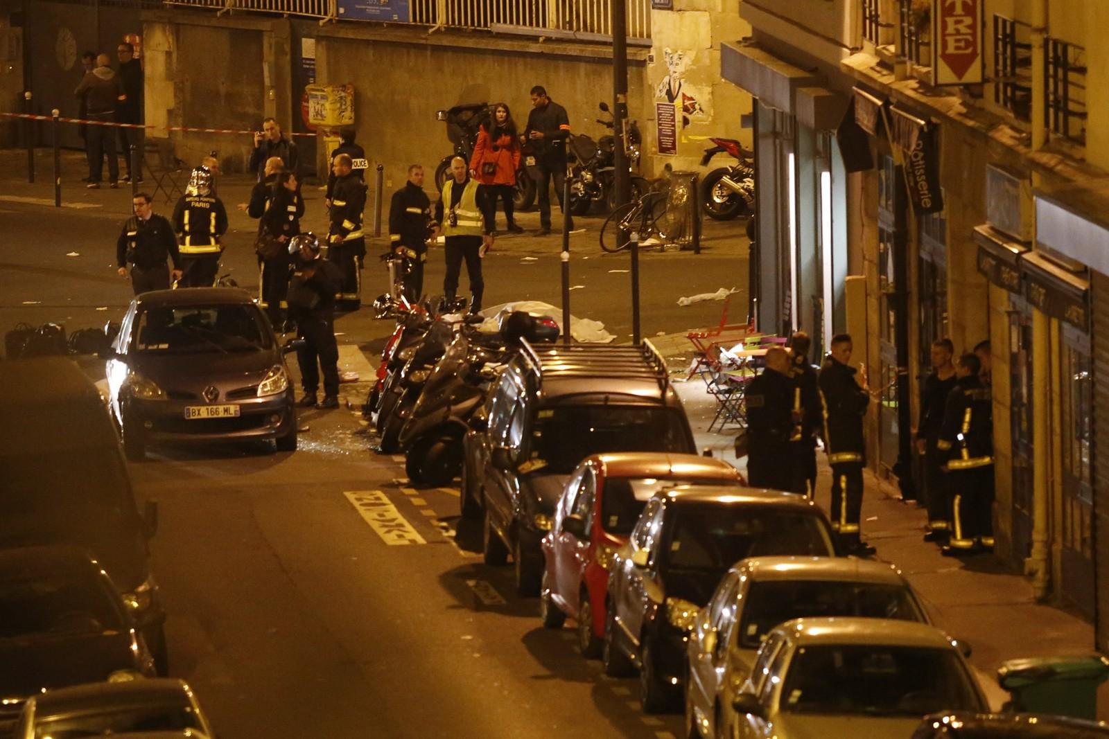 OMTRENT SAMTIDIG: Angriperne slo til omtrent samtidig mot konsertlokalet Bataclan i sentrum av byen og ved stadionet Stade de France der landslaget i fotball spilte en vennskapskamp mot Tyskland.