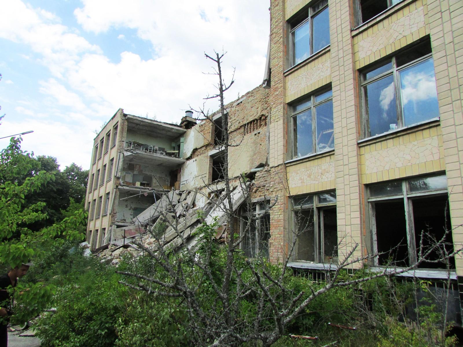 Etter at deler av skole nummer en kollapset i 2012 er det blitt forbudt å gå inn i bygningene i Pripyat.