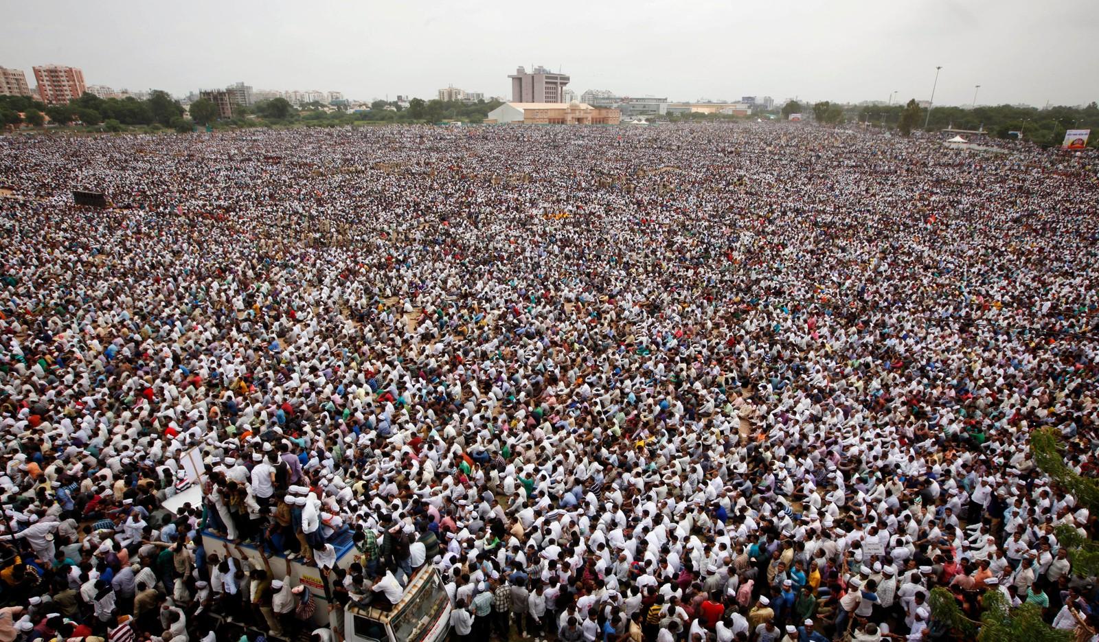 Titusener av indiske demonstranter krevde bedre muligheter for jobb og utdanning i Ahmadabad denne uka.
