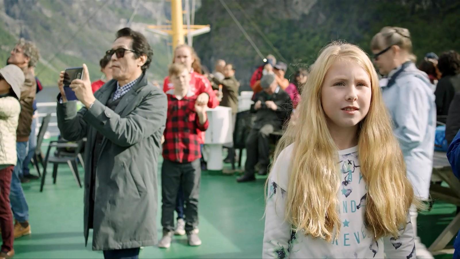 Frå opptak på turistferja på Geirangerfjorden. Biletet er frå ein av filmane som kjem på Noregs Ungdomslag sitt «Folkepedia».