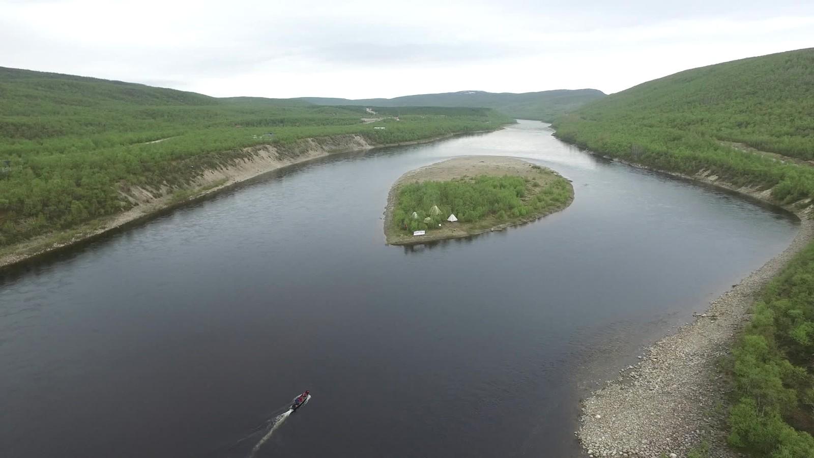 Protestøya ligger idyllisk til i Tanadalen. Ferden med båt og påhengsmotor til øya midt ute i Tanaelva kan imidlertid være noe strabasiøs i ugjestmildt vær. Når NRK er på besøk, er imidlertid værgudene heldigvis i godlune.