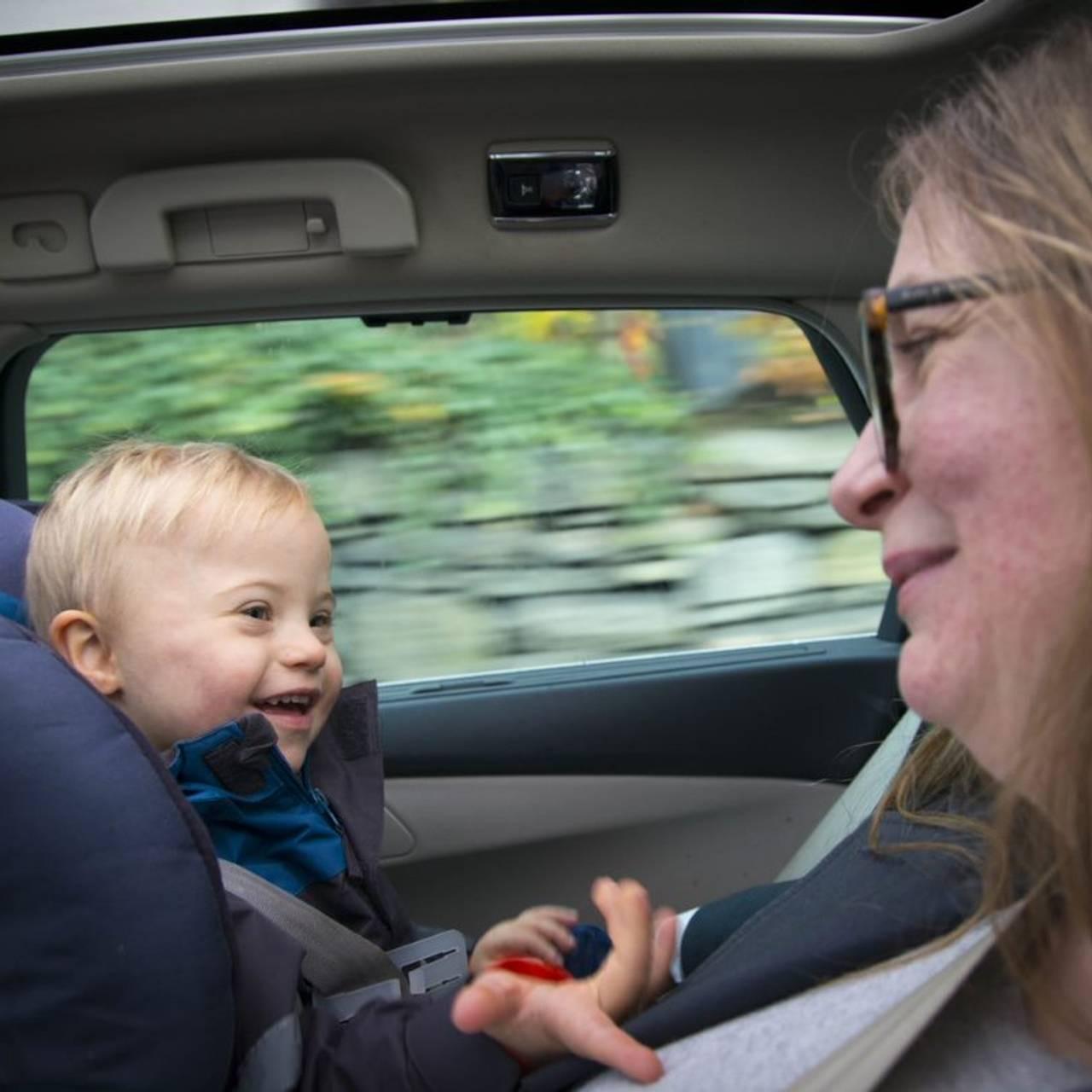 Magnus og mamma kjører bil