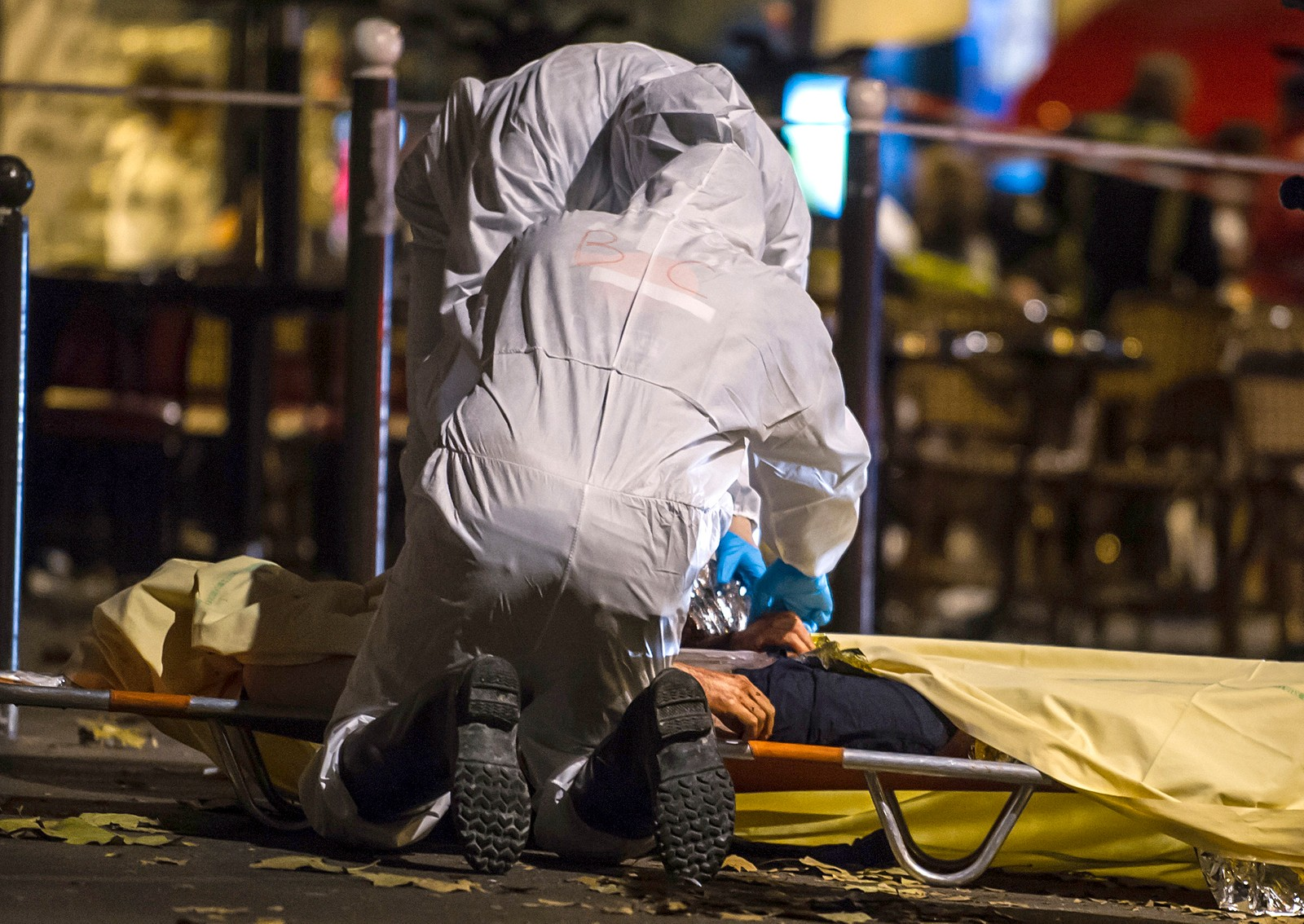 DØDE KROPPER I GATENE: Angriperne slo til omtrent samtidig mot konsertlokalet Bataclan og ved stadionet Stade de France. På vei til Bataclan åpnet væpnede menn ild mot flere kafeer og etterlot seg mange døde i Paris' gater.