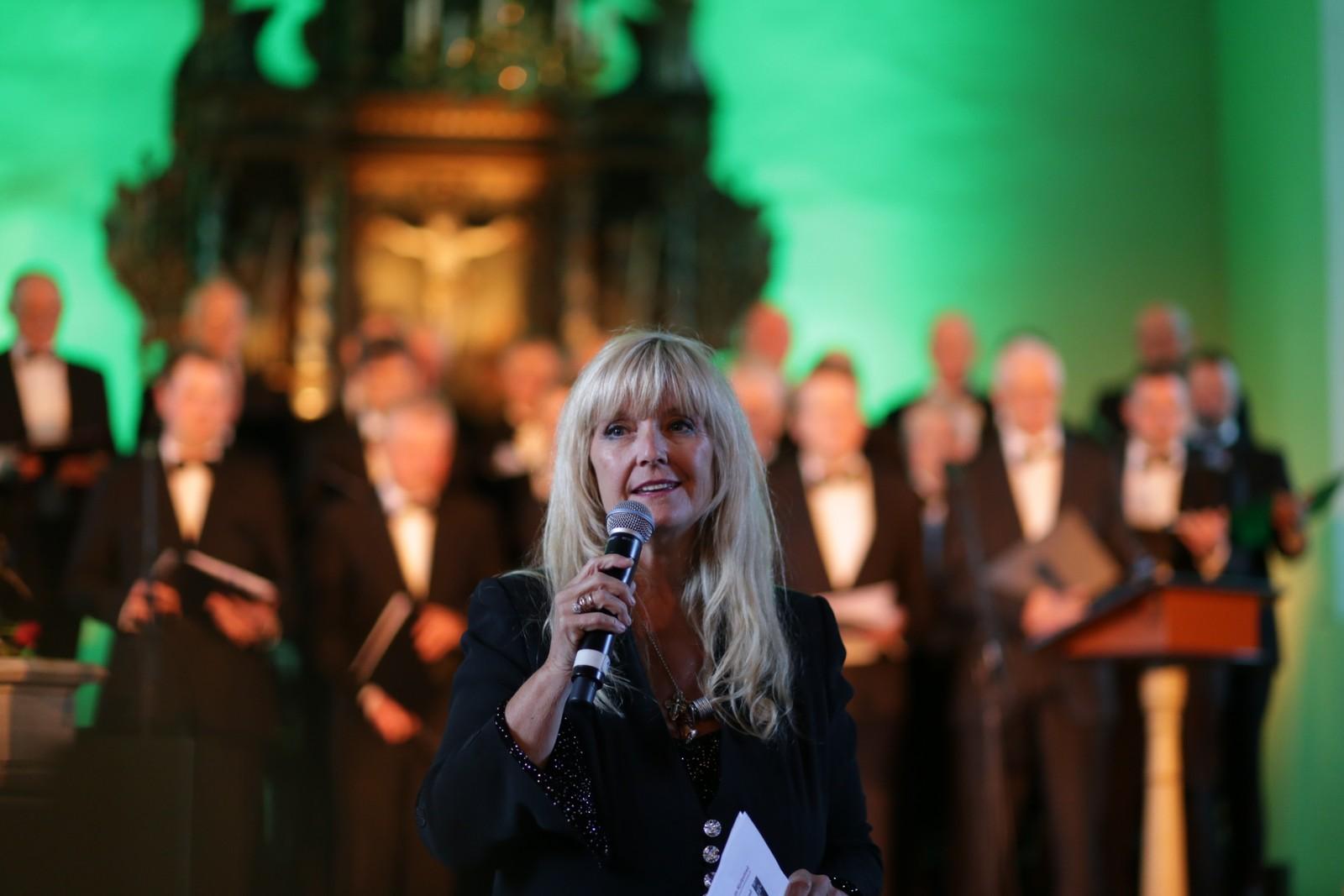 Hanne Krogh sang akkompagnert av Øvre Kvam mannskor.