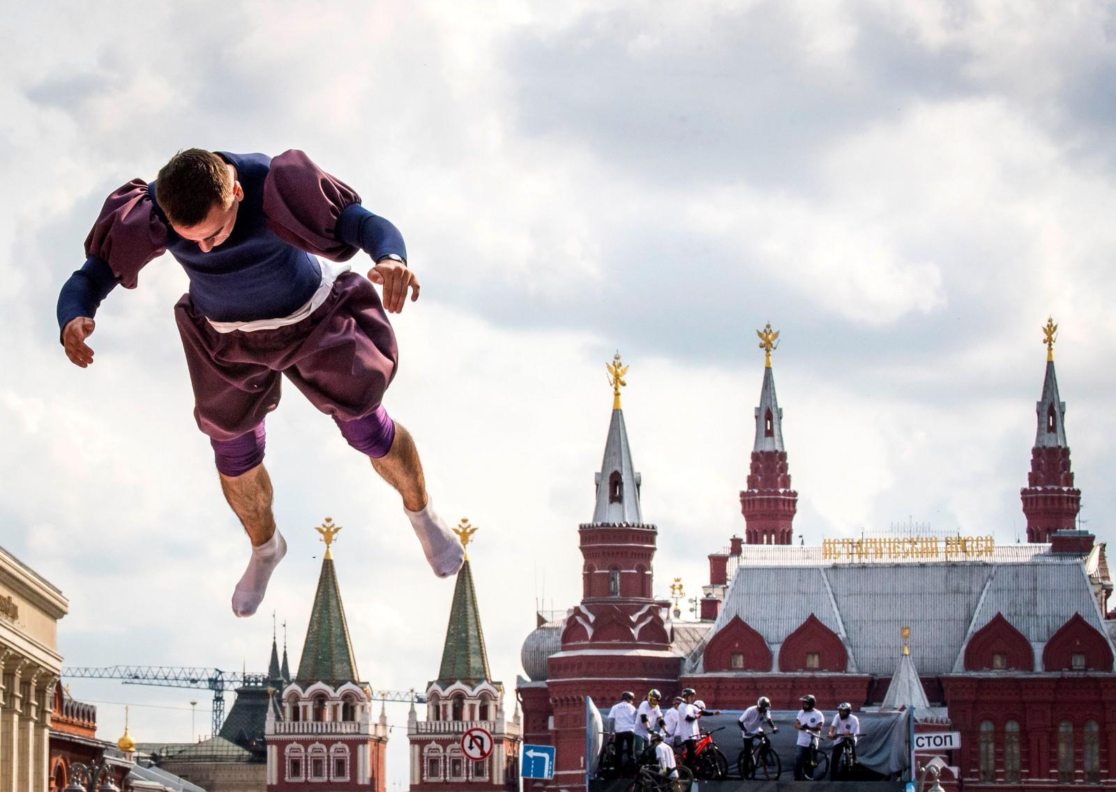 En akrobat var med på feiringen av at Moskva er 870 år gammel denne uka.