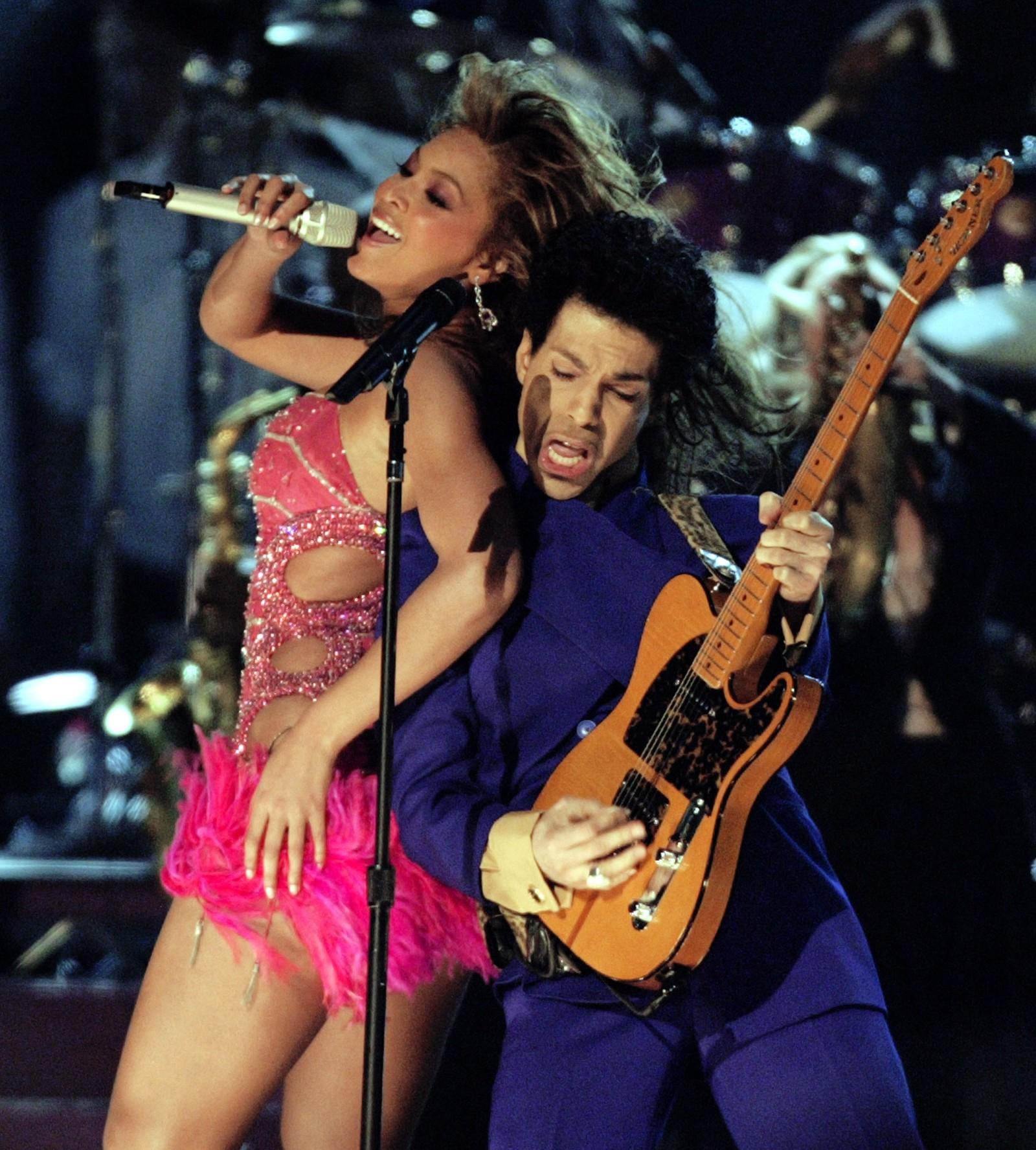 Prince opptrådde med artisten Beyoncé i 2004 under Grammy-utdelingen. Prince ble funnet i hjemmet sitt, og ble senere erklært død torsdag kveld, norsk tid.