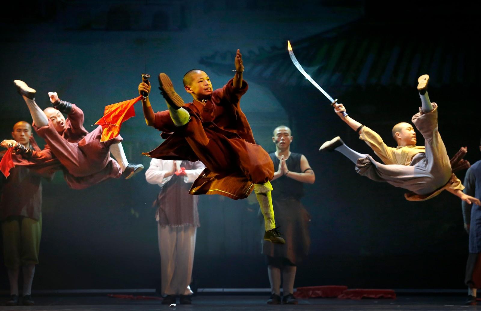 Shaolinmunker viser sine kunster i Singapore den 13. juli. Munkene er fra Shaolintempelet, som er kjent som fødestedet til shaolin kung fu og chanbuddhismen.