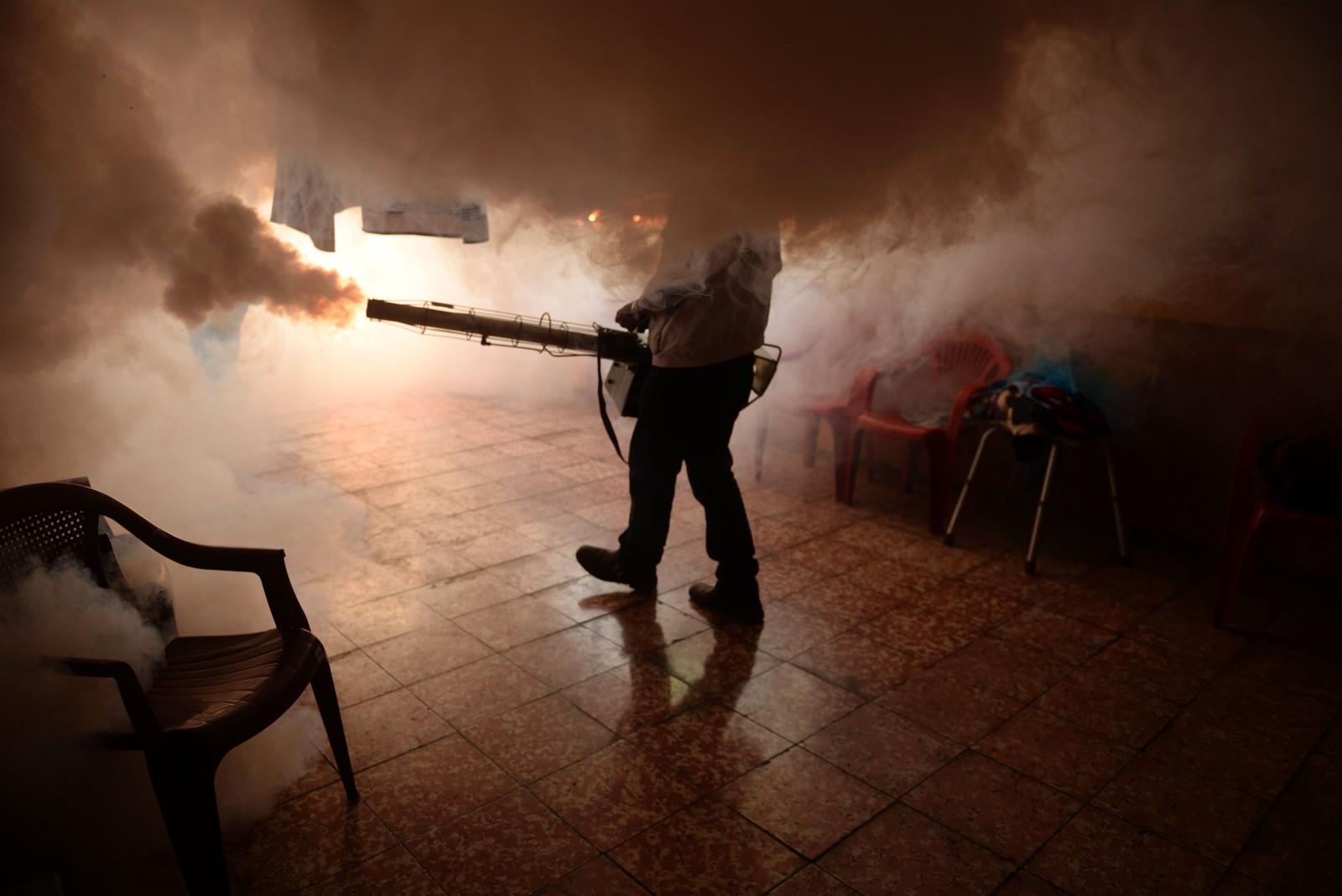 Her bruker man kraftig myggmiddel for å stoppe spredningen av Zika-virus i San Salvador.