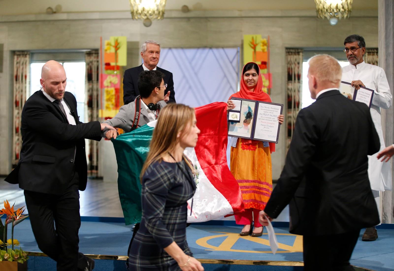 DRAMA: Det var under selve medaljeutdelingen i Oslo rådhus onsdag 10. desember at mannen stormet mot scenen. Thorbjørn Jagland var en av de første til å reagere. Deretter ble mannen, som holdt et mexicansk flagg, ført bort av sikkerhetsvakter. Bla i galleriet for å se flere bilder fra hendelsen.