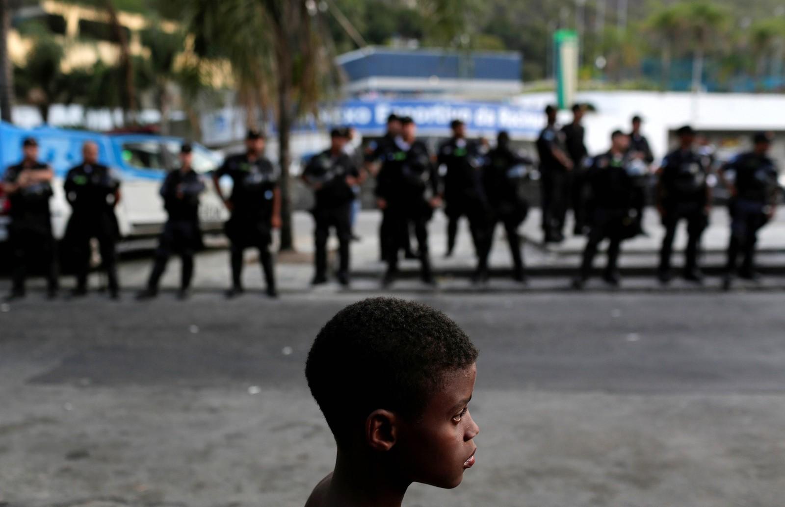 En gutt er med på en demonstrasjon mot politibrutalitet i Rio de Janeiro.