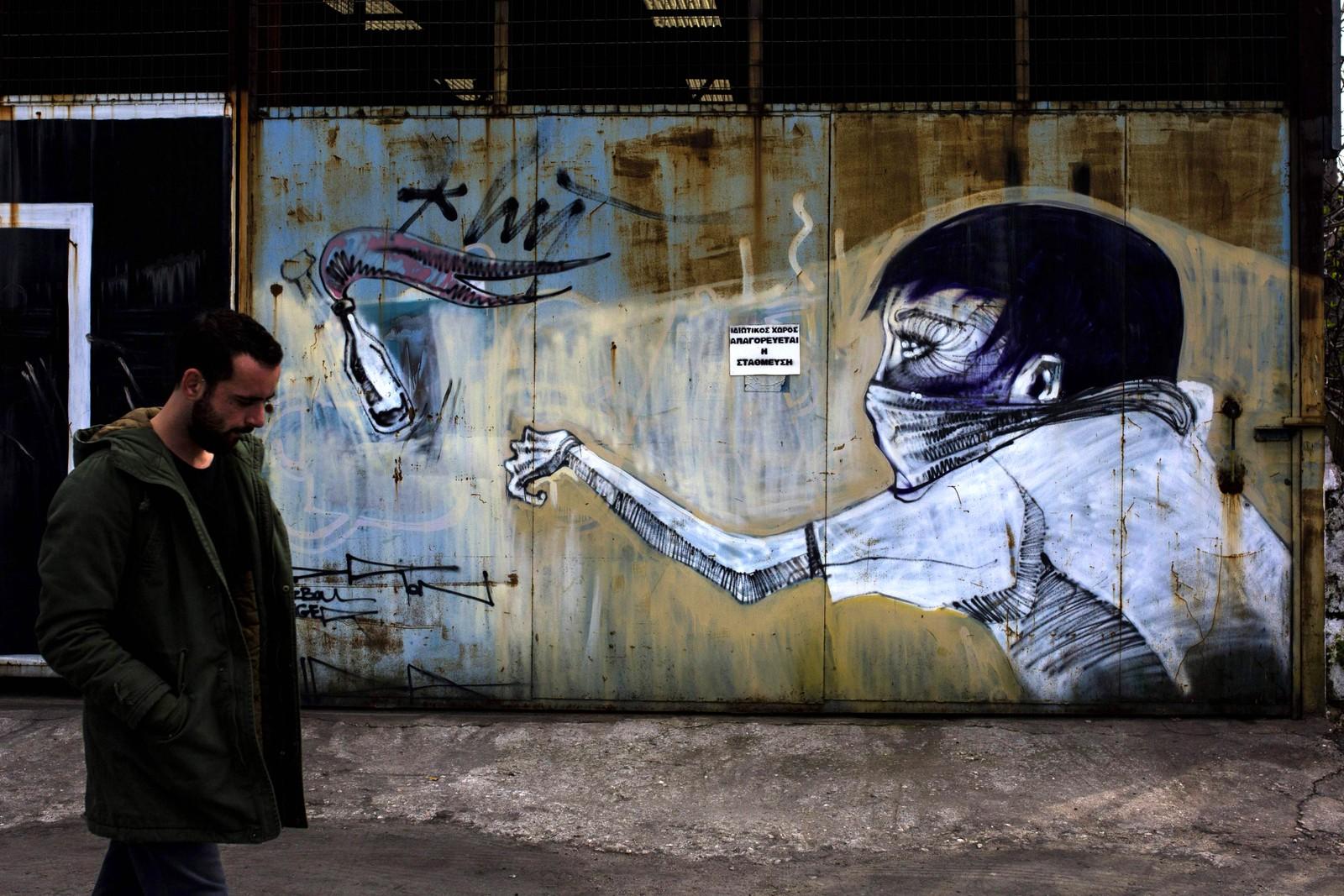 En mann går i gatene i Athen i Hellas.