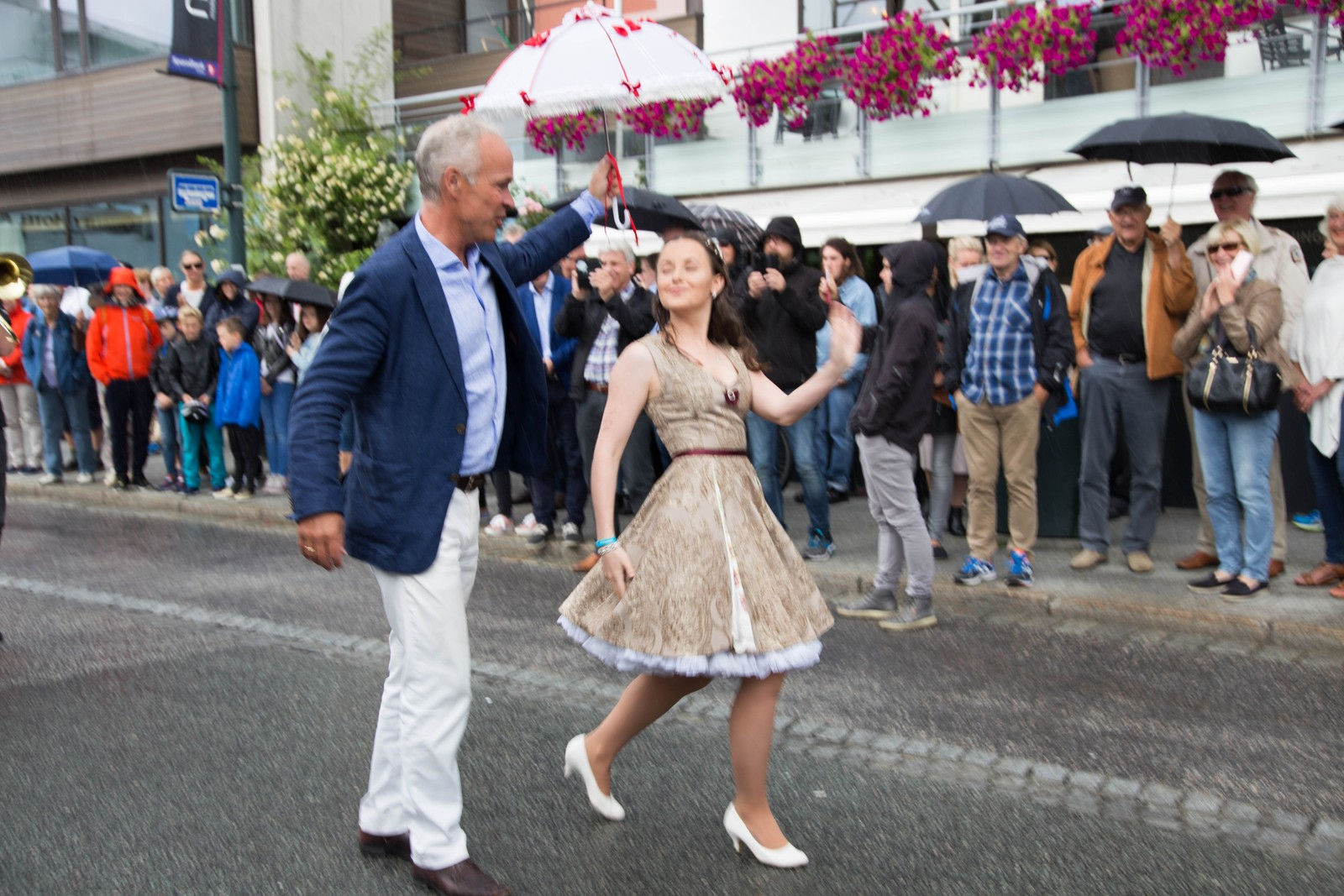 Jan Tore Sanner og danser Jenaette Holsbøvåg fremst i gateparaden.