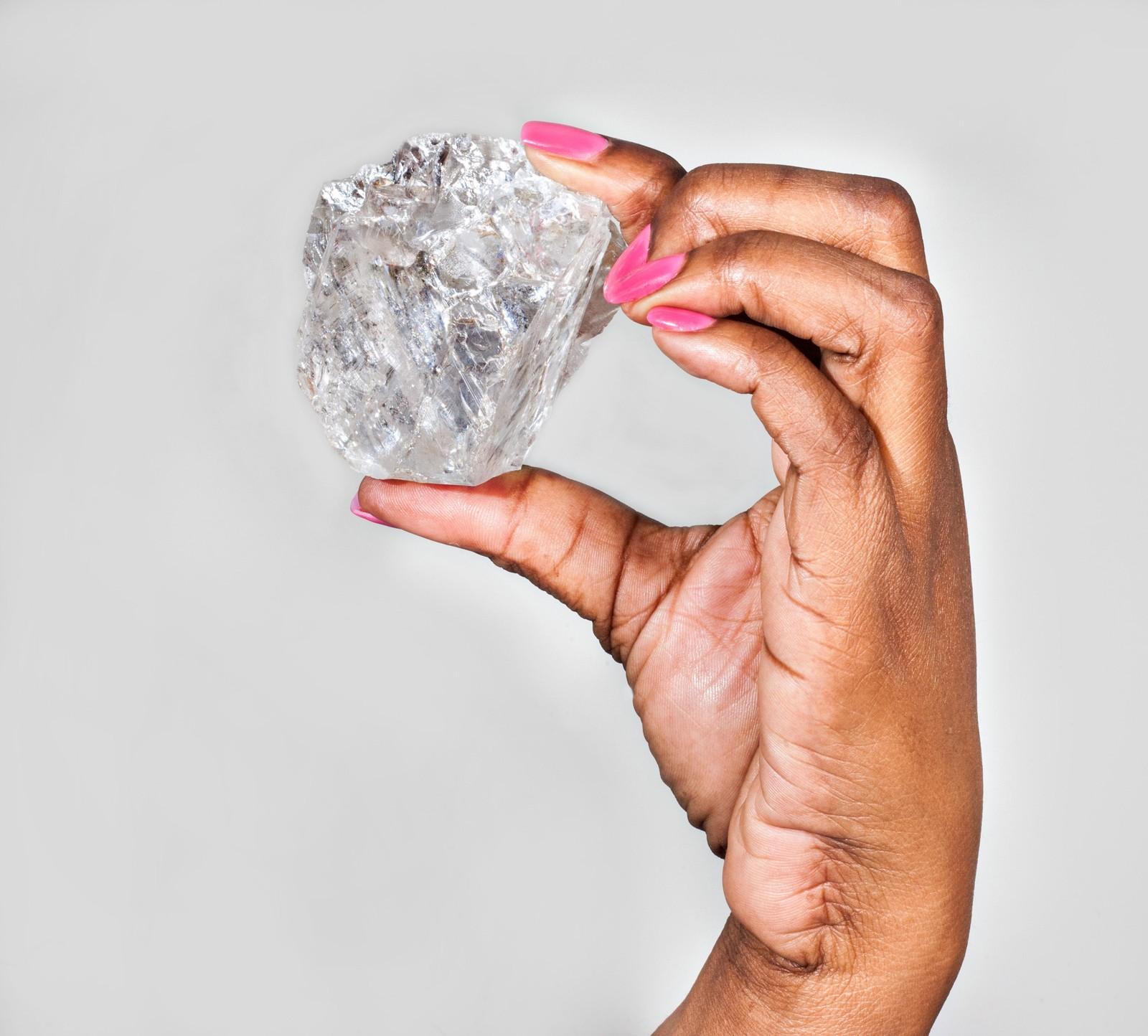 Denne kjempevarianten av damenes beste venn ble vist fram denne uka. Diamanten, som er på 1111 karat og måler 65mm x 56mm x 40mm, er den største som noensinne er funnet i Botswana, ifølge det svenske selskapet Lucara Diamond. Verdens største er den imidlertid ikke. Den tittelen har en stein som ble funnet i 1905 og målte over 3000 karat.