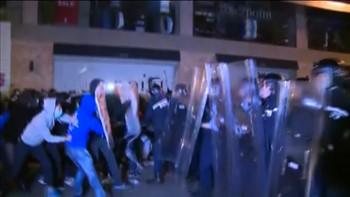 Opprørspolitiet i Hongkong måtte tirsdag bruke batonger og pepperspray for å tøyle demonstranter i det som beskrives som de verste opptøyene i byen på over et år.