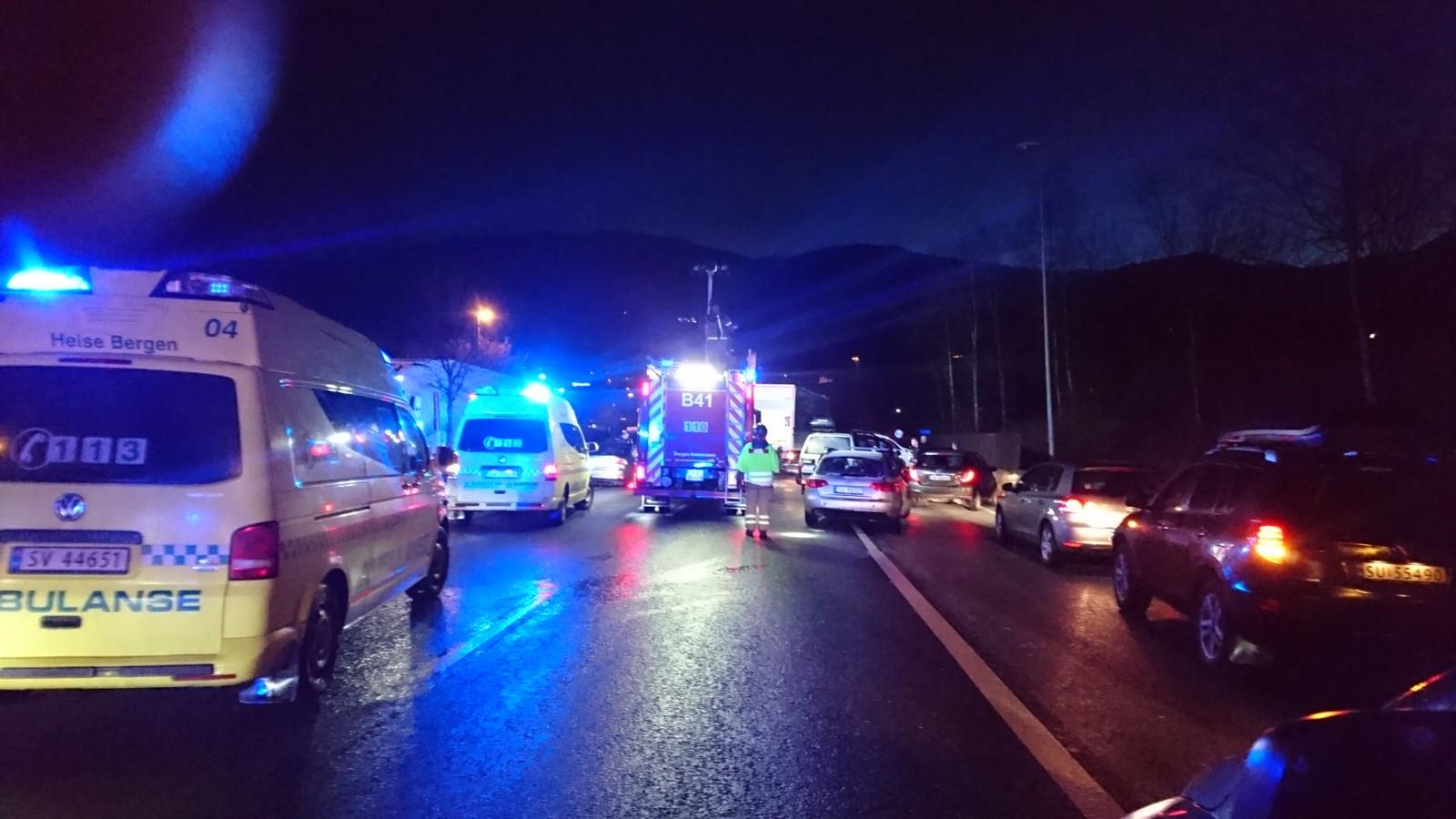 Tre personer ble lettere skadet i ulykken. To av disse ble sendt til sykehus, en til legevakt.