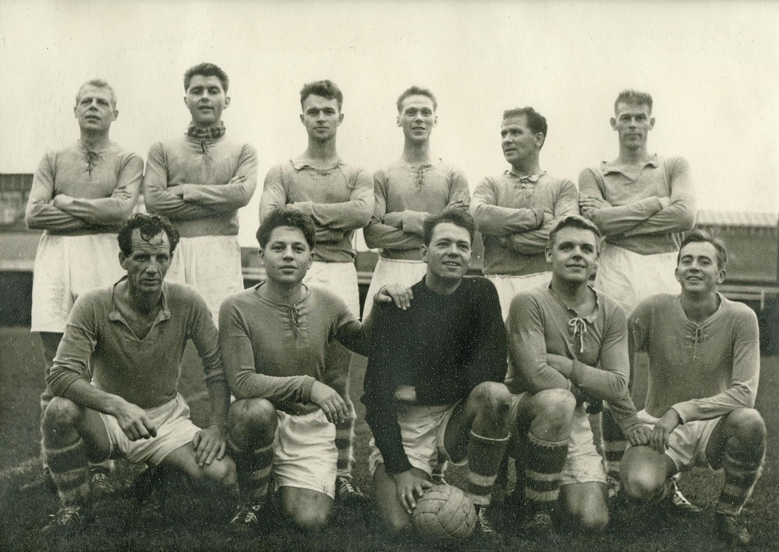 Fotballaget på stadion 1972 - se navnene på spillerne på neste bilde