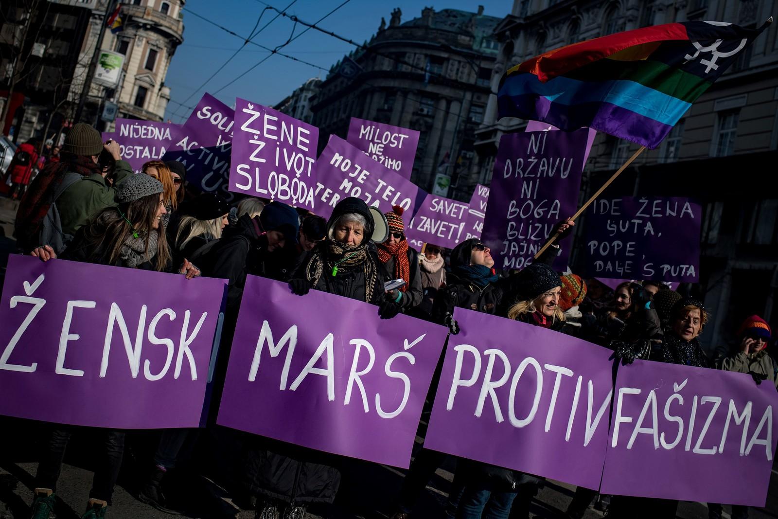 I Serbias hovedstad Beograd møtte mange opp. Her holder demonstrantene et banner med påskriften «Kvinner marsjerer mot fascisme».