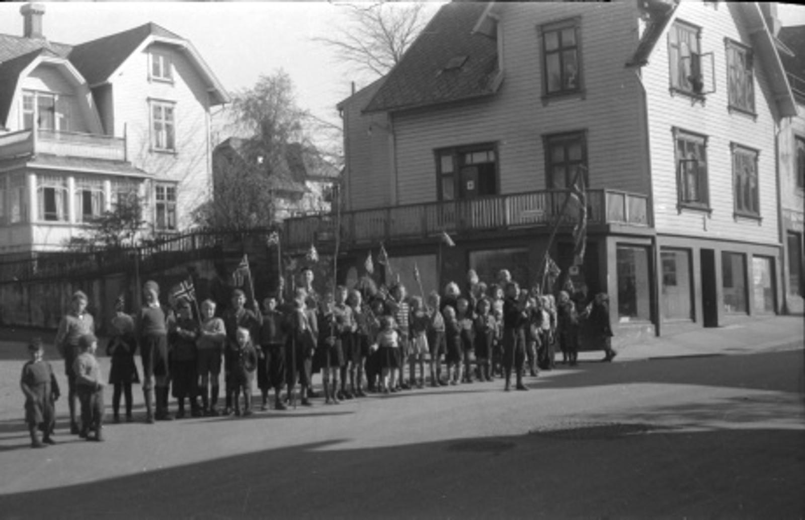 Noen glade barn på Våland tjuvstarter på 17. mai-feiringen.
