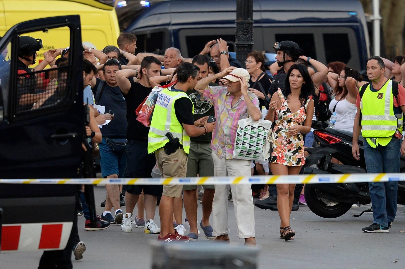 KONTROLL: Spansk politi sjekker identiteten til personer som befant seg i nærheten av angrepet i Barcelona.