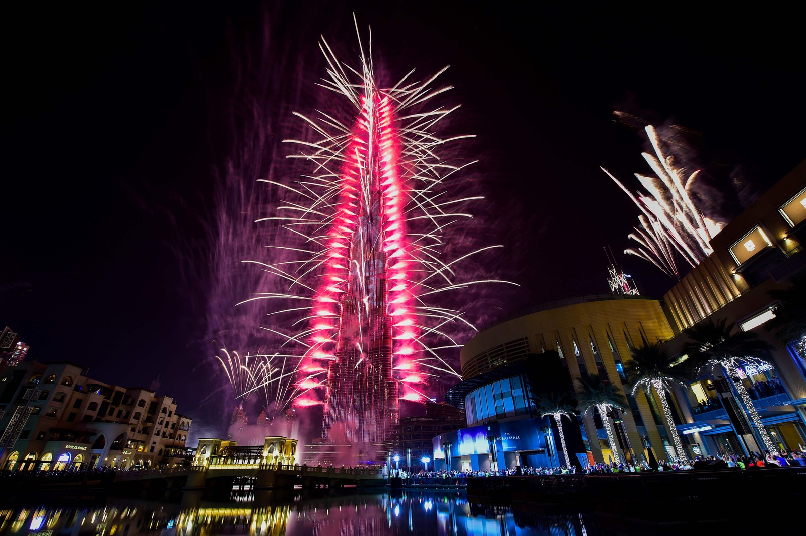 DUBAI: Nyttårsfyrverkeri på verdens høyeste bygning, Burj Khalifa i Dubai i De forente arabiske emirater.