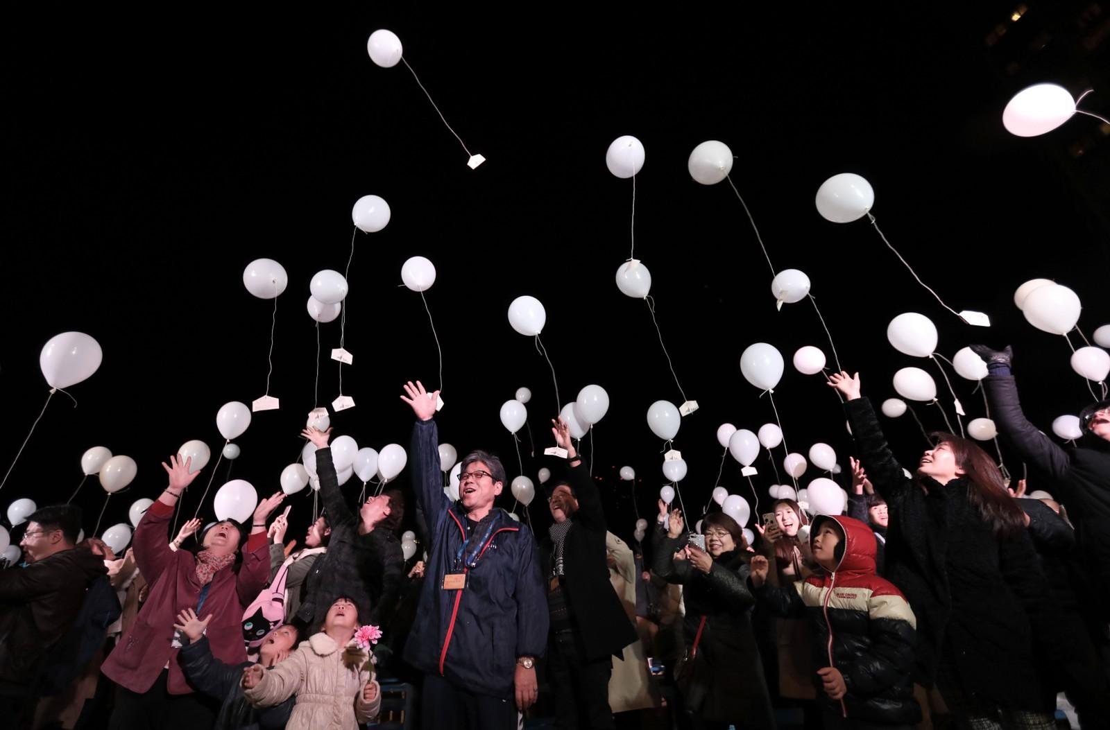 TOKYO: Japanere slipper hvite ballonger med nedskrevne nyttårsønsker i Tokyo.