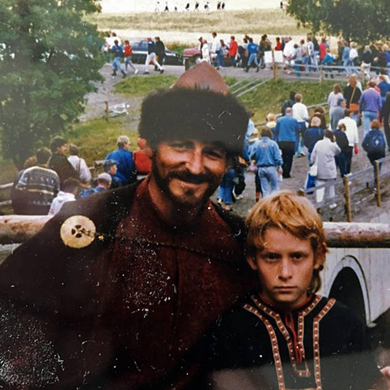 Kristofer Hivju er sju år og er med på spelet på Stiklestad.  Her står han sammen med far Erik Hivju.