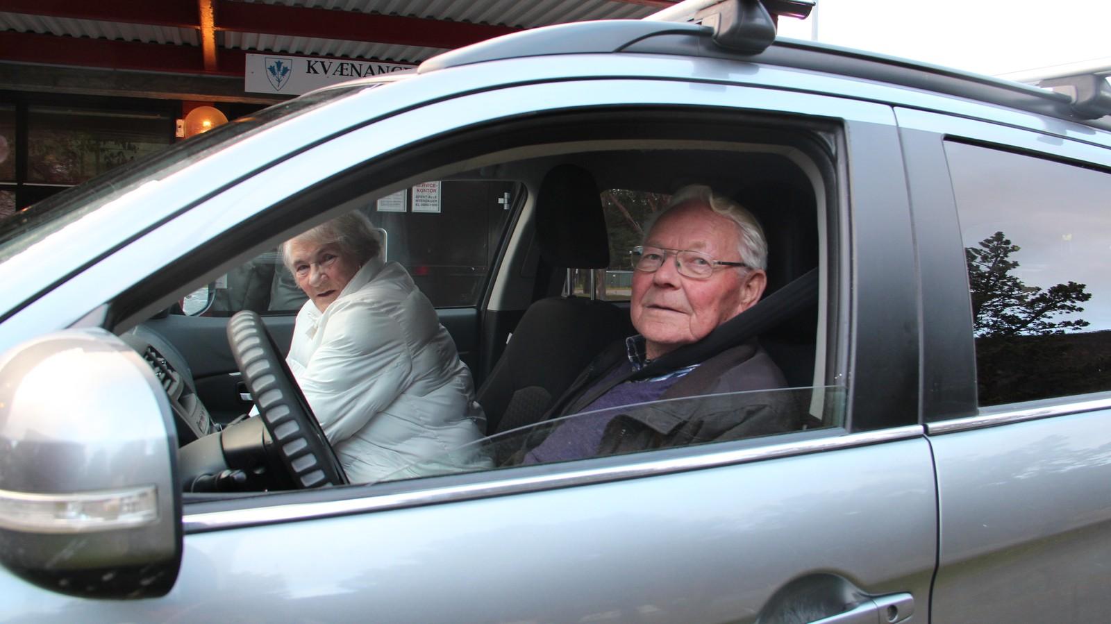 Agnar Jakobsen og venninnen Valborg Johnsen: – Det komme rikke på tale å bli en del av Finnmark. Vi har det bra og vil helst være for oss selv. Blir vi en storkommune frykter at de stikker av med de verdiene vi har, som penger og arbeidsplasser, sier de.