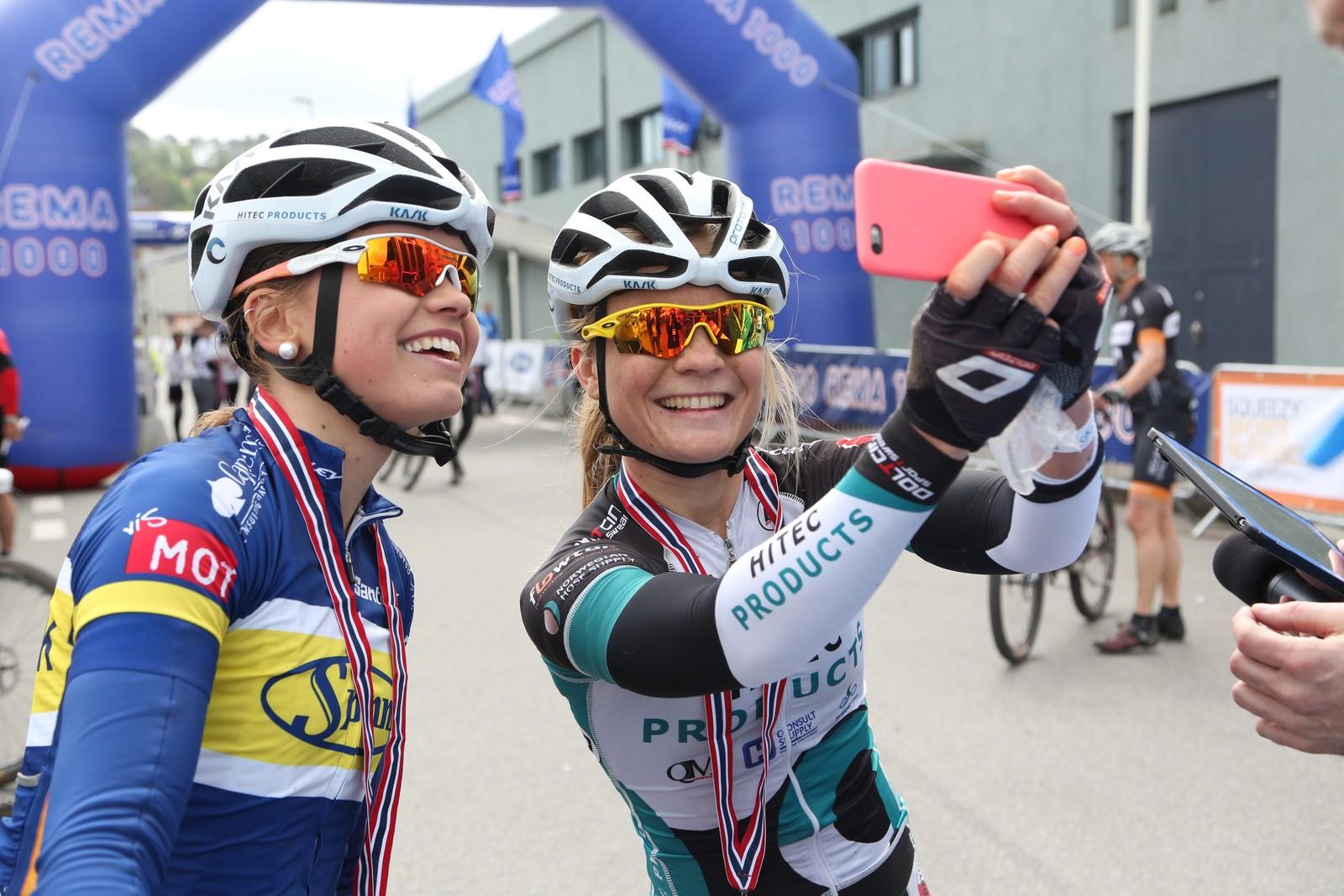 Emilie Moberg foreviger øyeblikket etter å ha blitt spurtslått av Susanne Andersen (17).