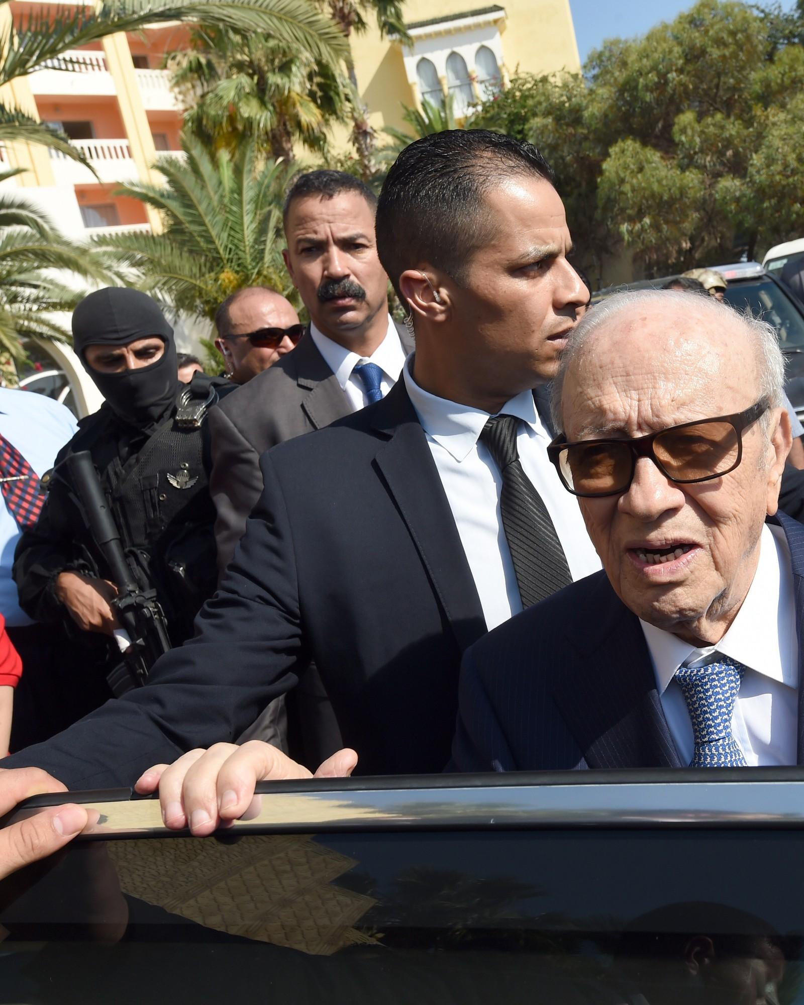 Tunisias president Beji Caid Essebsi (til høyre) ankommer feriebyen Sousse etter angrepene fredag 26. juni, 2015.