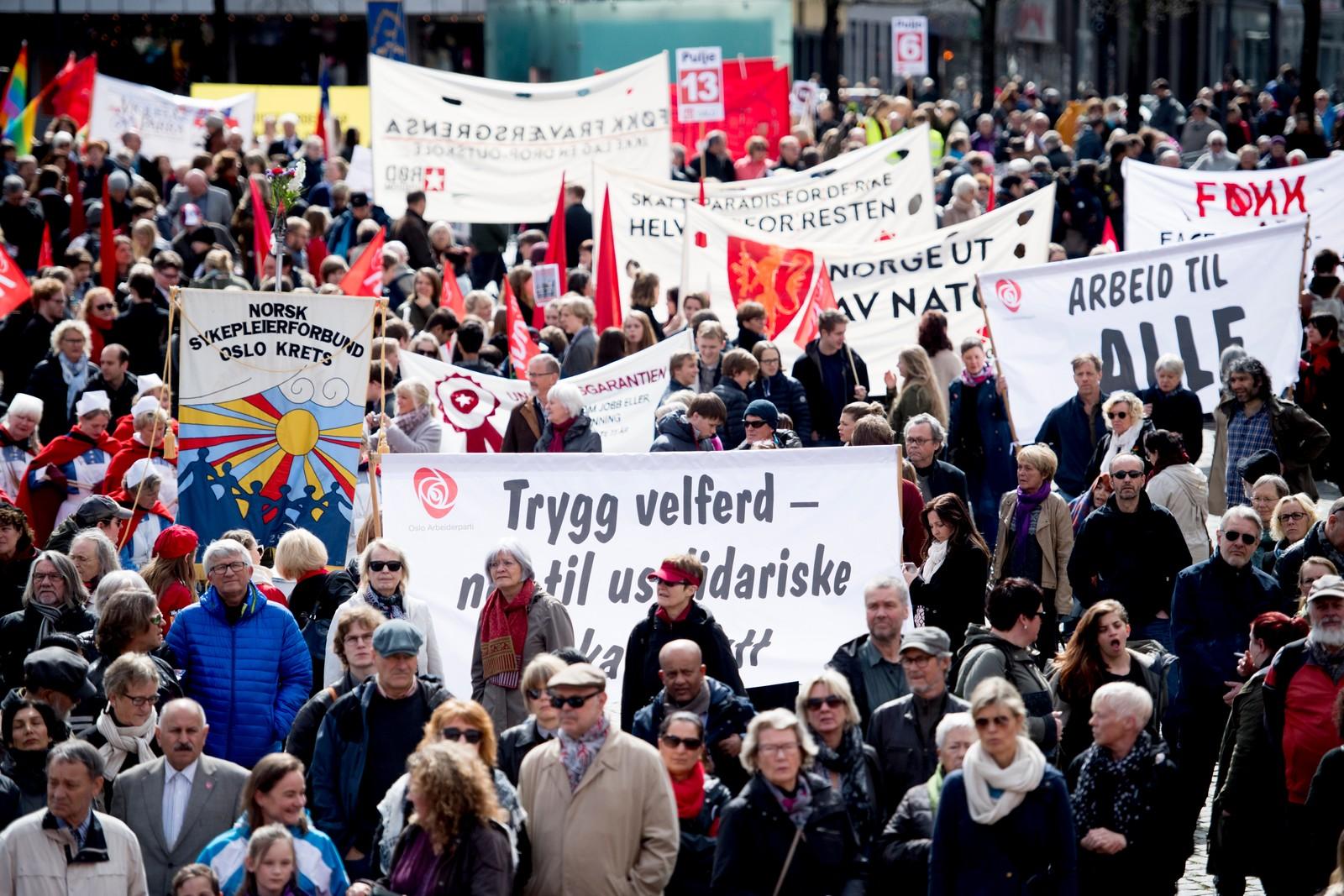Folk står samlet på Youngstorget i Oslo under årets 1. mai-taler søndag formiddag.