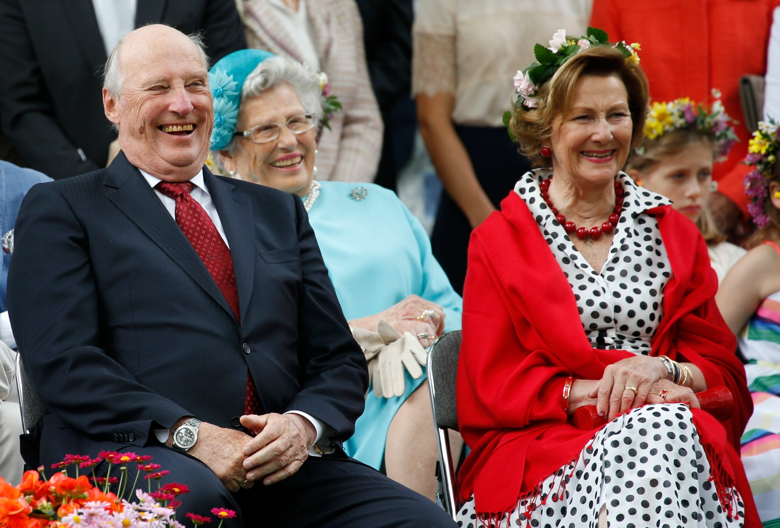Kong Harald, dronning Sonja og prinsesse Astrid i hageselskapet i Stiftsgården i Trondheim i forbindelse kongeparet 25 år som kongepar torsdag.