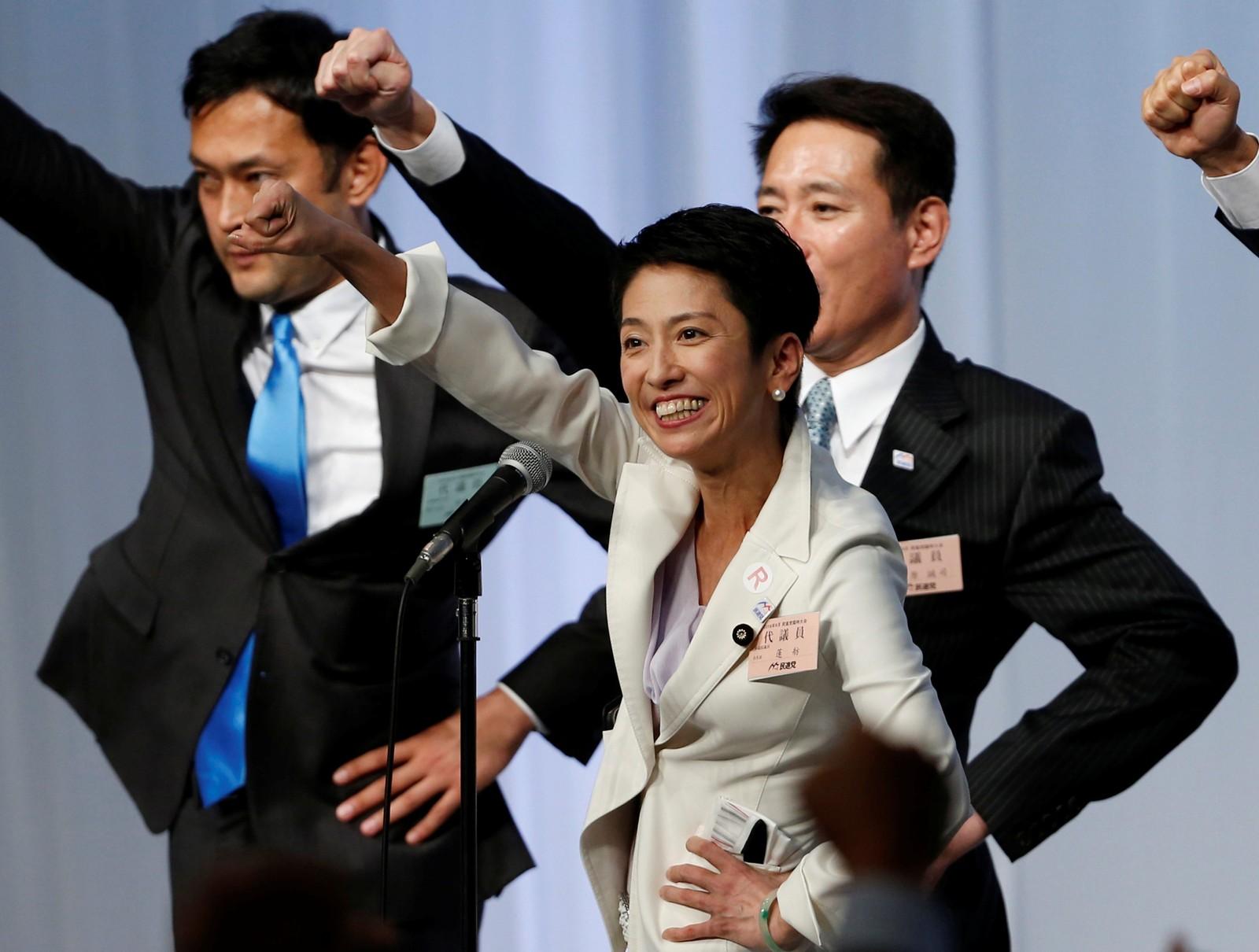 Renho (i midten) løfter en knyttet neve og feirer at hun ble valgt til ny leder av Japans opposisjonsparti, Demokratipartiet, under generalforsamlingen 15. september.