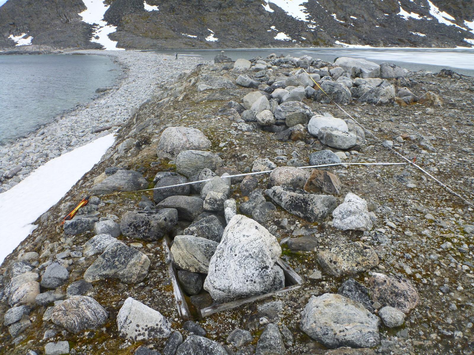 En grav presses opp til overfalten av permafrosten ved Jensenvatnet.