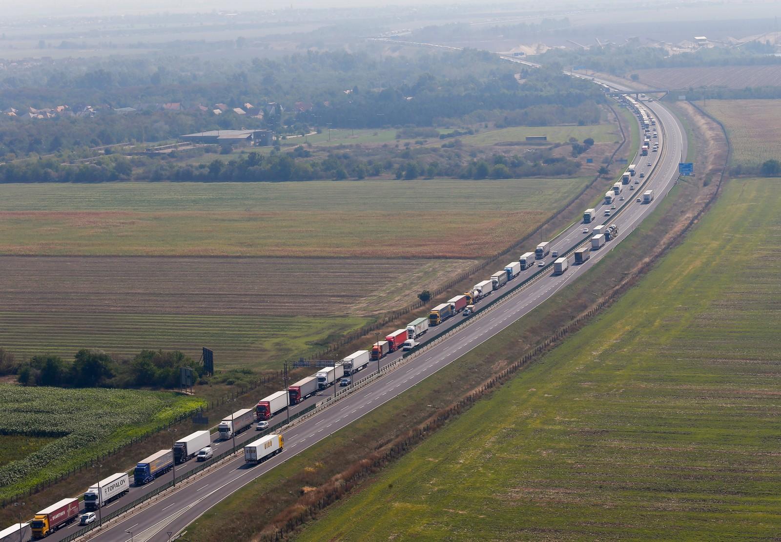 Kilometerlange køer danna seg ved den østerikske grensa da myndighetene stramma inn kontrollen av lastebiler på vei fra Ungarn, etter at 71 personer ble funnet omkommet i en lastebil.