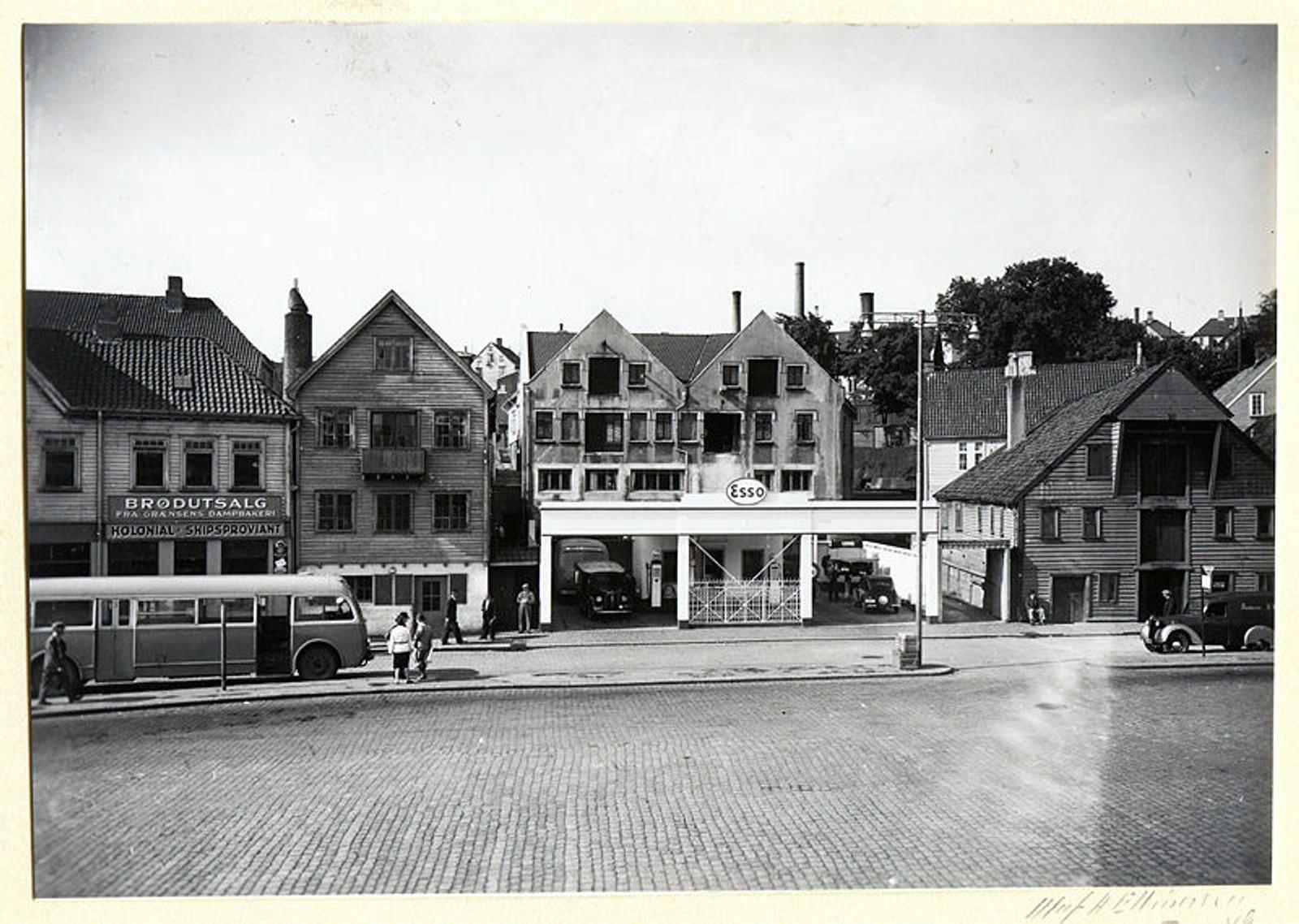 Denne bensinstasjonen lå i Stavanger, og bildet ble tatt rundt 1949.