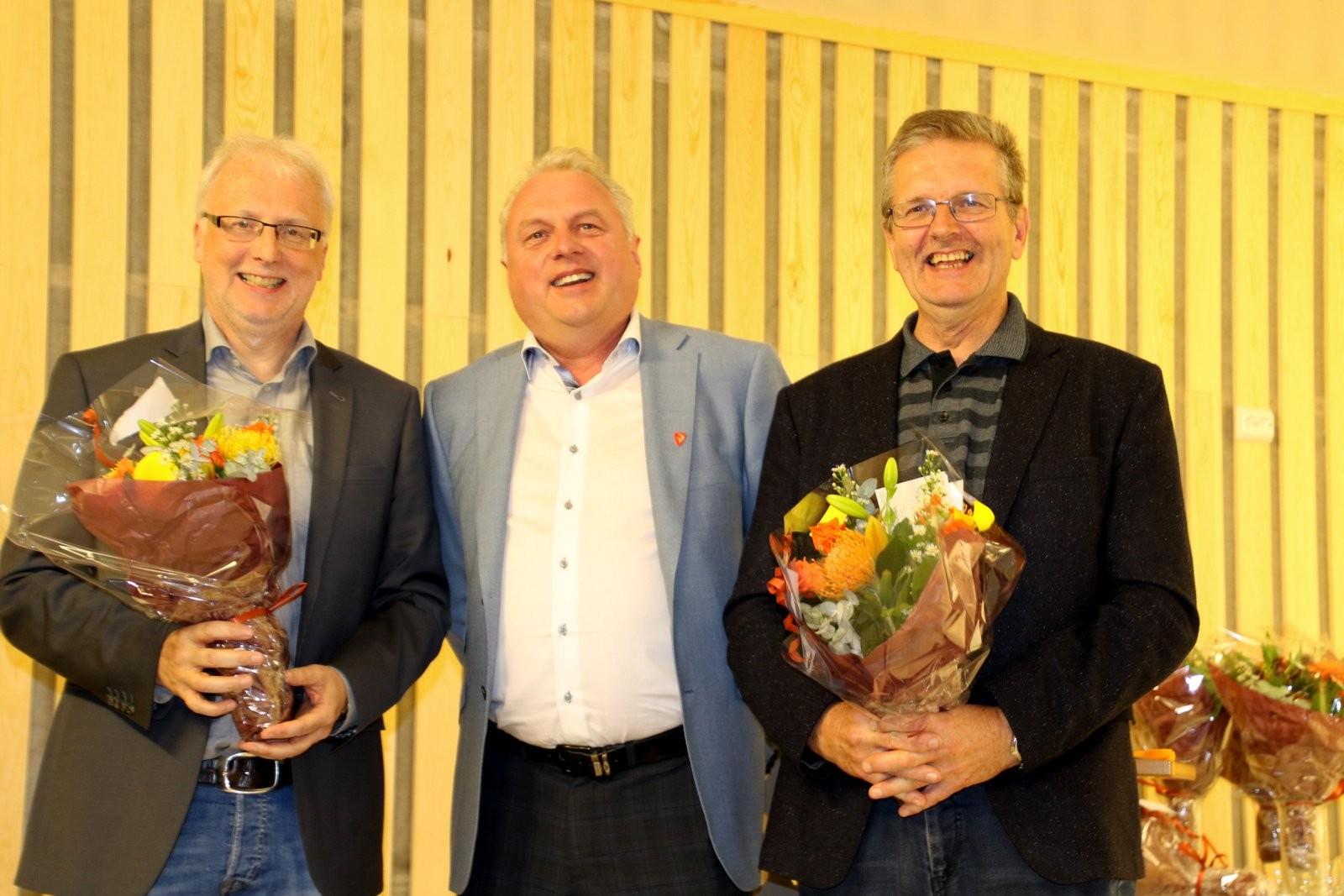 Ordførar Jan Geir Solheim i Lærdal delte ut blomer.