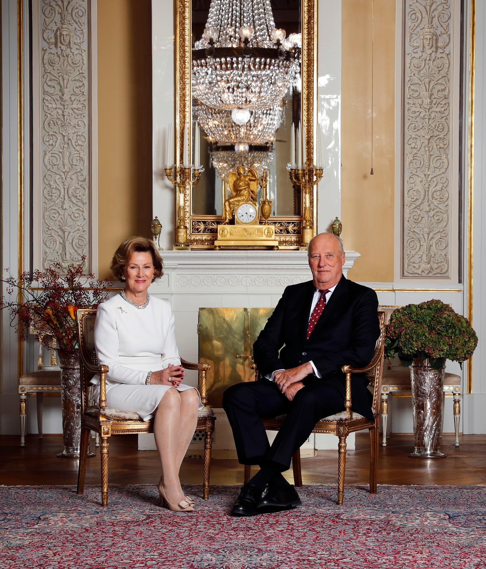 Oslo 20161017. Kong Harald og dronning Sonja 80 år. I anledning kongeparets 80-års bursdager er kongefamilien fotografert i den hvite salong på Slottet i Oslo. Dronning Sonja og kong Harald. Foto: Lise Åserud / NTB scanpix Kong Harald og dronning Sonja 80 år.