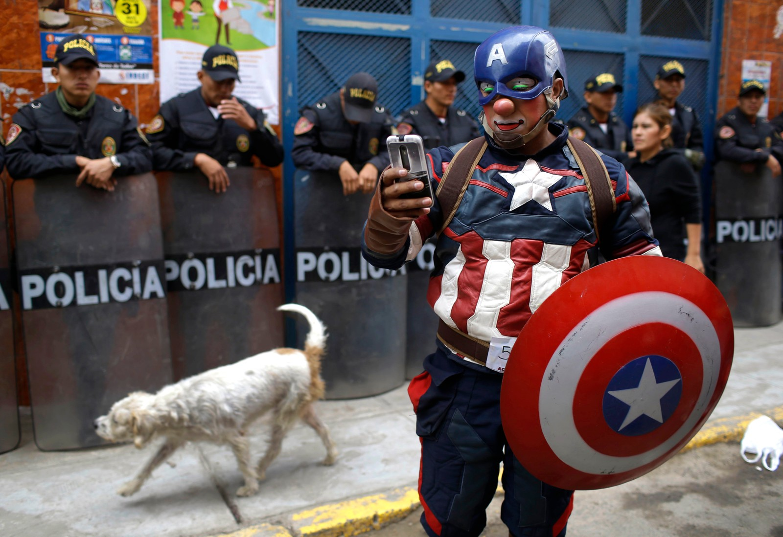 En klovn utkledd som Captain America under feiringen av klovnedagen i Lima i Peru. Dagen brukes til å minnes klovnen Tony Perejil. Han var kjent som de fattiges klovn fordi han pleide å opptre i fattige områder for så gi deler av inntjeningen tilbake til innbyggerne. Han døde 25 mai i 1987.